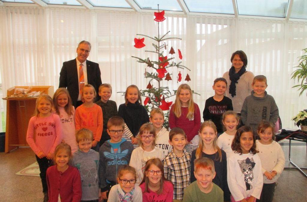 Wer Schmückt Den Weihnachtsbaum.Die Klasse 2 Schmückt Den Weihnachtsbaum Der Volksbank Dietingen
