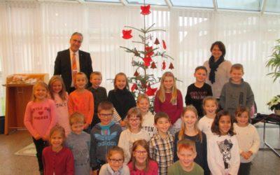 Die Klasse 2 schmückt den Weihnachtsbaum der Volksbank Dietingen