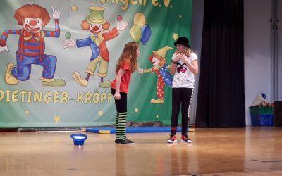 Lustiger Bühnenauftritt der Zirkus-AG